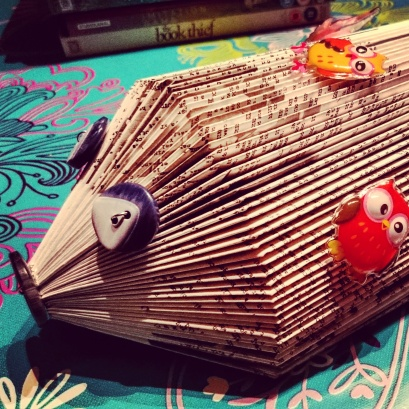 How awesome is this? Hedgehog-shaped letter tidy made from book. Before purists complain: it's just Boogie Nights' screenplay. ©studyreadwrite